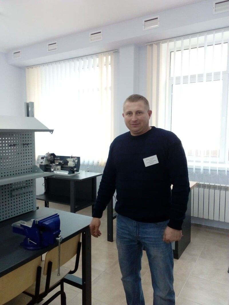 Сергій Михалік демонструє кабінет трудового навчання.