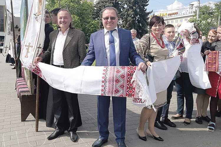 І секретар міської ради Григорій Пустовіт брав участь у формуванні Рушника Єднання.