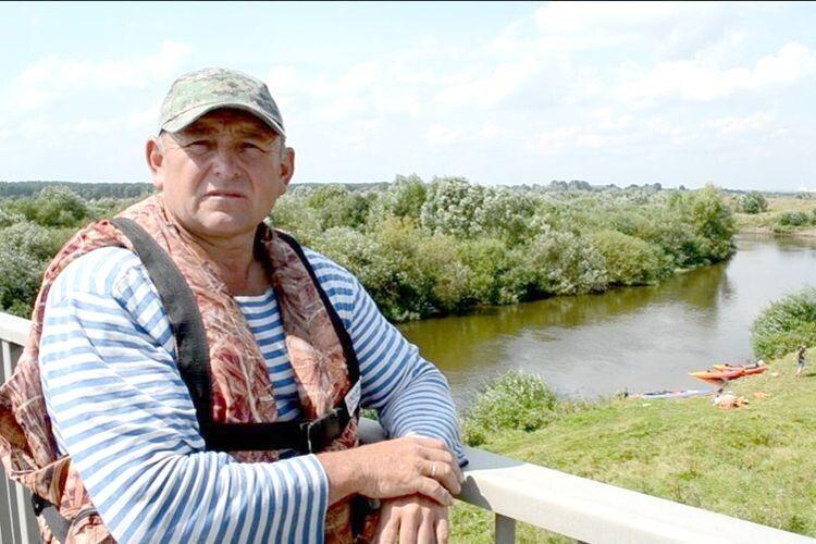 Керівник походу Микола Ясюк  не втомлюється популяризувати рідний край  і гостинно запрошує на мед із Красних Мостів.