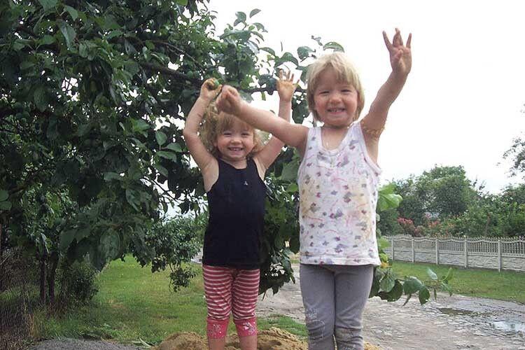 Дівчатка ростуть здоровими іжиттєрадісними.