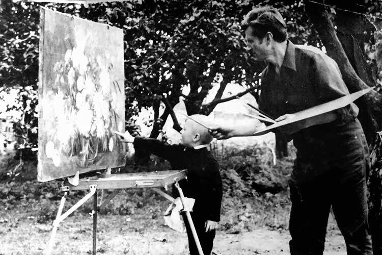 Батько малює, а ще малий син Іван біля нього пізнає ази творчості.