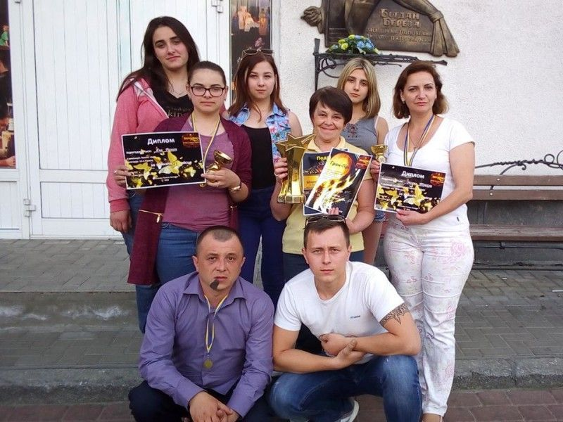 Переможці вшанували засновника театру  Богдана Березу біля пам'ятної дошки в Луцьку.