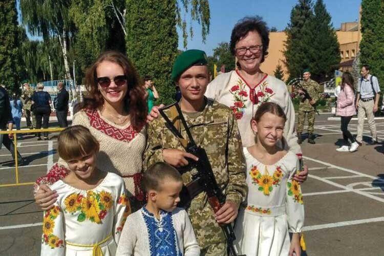 Марійка, Інна, Богдан, Соломія їздили з мамою Наталею на присягу до Петра.