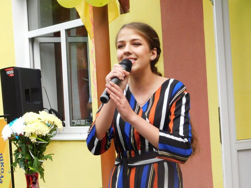 Співає випускниця Дарина Сцьольна. Фото Лесі ВЛАШИНЕЦЬ.