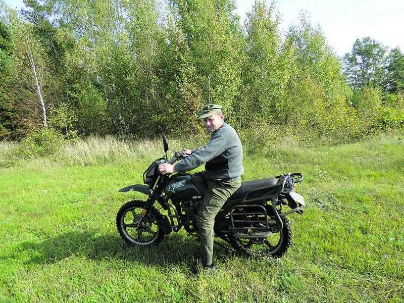 За день єгерь Станіслав Кравчук кілометрів 50 «набігає» на мотоциклі у своєму відході.