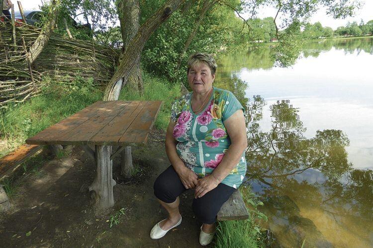 Найдичі і столик поставили біля озера, яке через доріжку від їхнього обійстя: приємно відпочити в прохолоді розлогого дерева.
