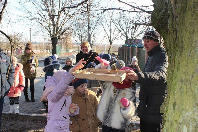 Співробітник парку Віталій Веремчук розповідає дітям про птахів.