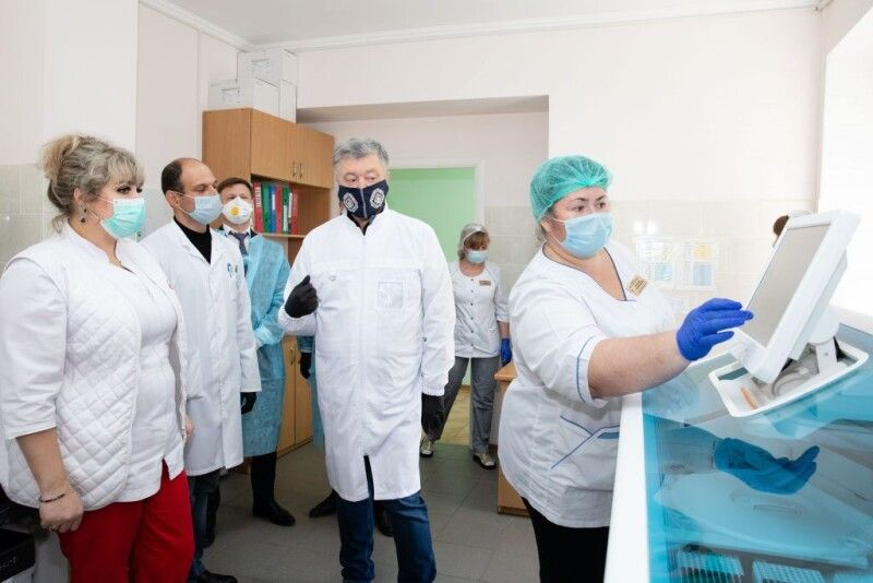 Порошенко: ми допоможемо протестувати кожного лікаря у Вінницькій області.