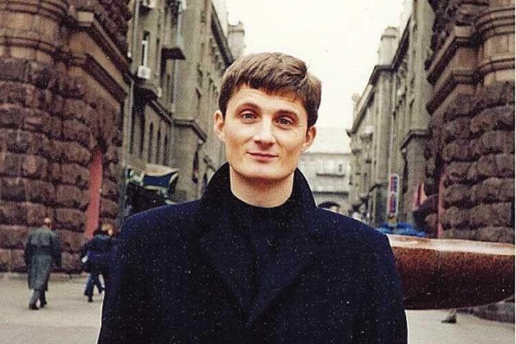 Той, хто пам'ятає Ігоря Кондратюка таким молодим, вже, вочевидь, розміняв четвертий десяток. Настоличному Хрещатику чоловік 20років творив своє популярне шоу.