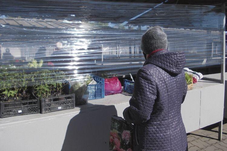 Захисні екрани із поліетиленової плівки відділяють покупців  від власників товару.