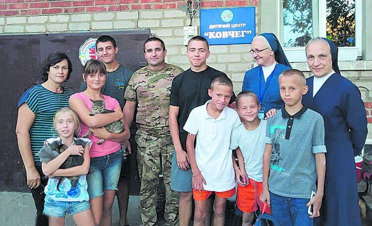 Прифронтове село Піонерське: сюди було доставлено волонтерську допомогу дітям-сиротам (це одна з поїздок Олега Барана на Схід України, в яку вирушила з чоловіком і  його дружина Наталія).