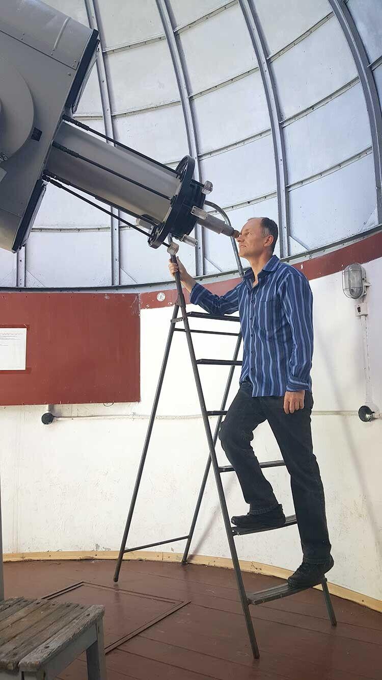 Учений користується другим запотужністю телескопом усвіті.