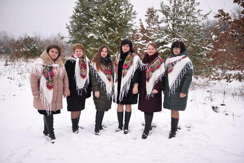 Молодички ізЗимного уміють ізаколядувати, й українську народну «вшкварити».