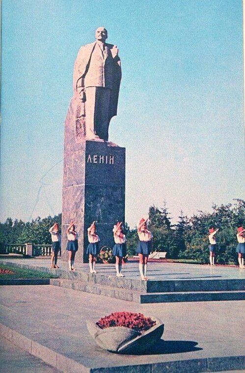 Найбільший пам'ятник Іллічу з'явився в Луцьку у 1967-му з нагоди 50-річчя так званої Жовтневої революції. Фото volynnews.com.