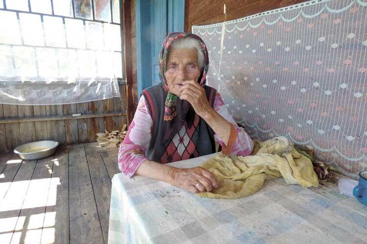 Найстаріша жителька  Надрічного Єфросинія Пивоварчук  із рідного місця і не думає зриватися.