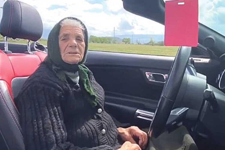 Тепер вонука точно побільшає замовлень від молодят, адже проїхатися вавтівці, деїздила 90-літня зірка інстаграму, некожному щастить.