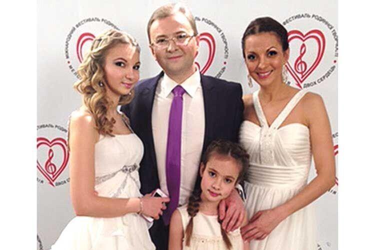 Петро Мага з коханою дружиною Тетяною і дочками Марією та Надією.