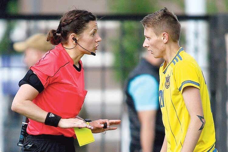 «Соколе ясний, слухай мене сюди: цього разу обмежуся жовтою, але до кінця матчу на очі мені краще не потрапляй!»