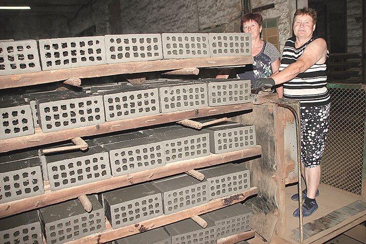 Людмила Бідзюра і Тамара Шуляр транспортують  виготовлену продукцію.