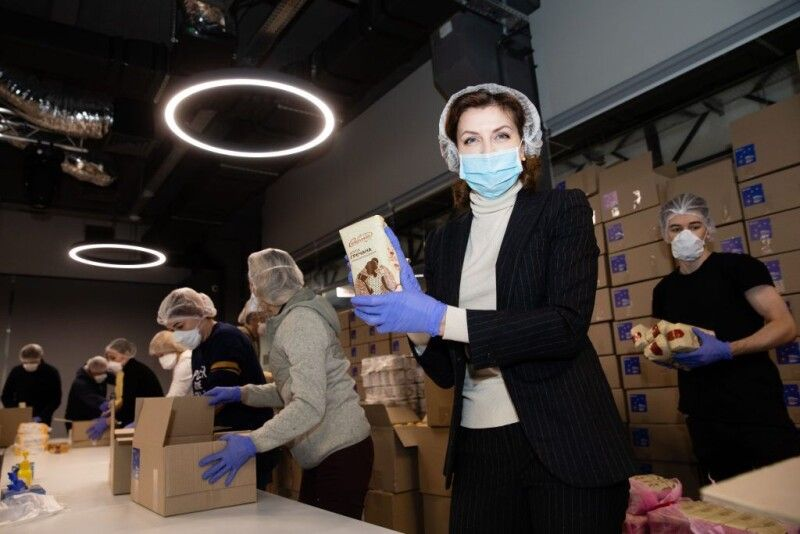Марина Порошенко: «Сьогодні ми укомплектовуємо 3 000 продовольчих наборів для людей, які гостро потребують нашої допомоги».