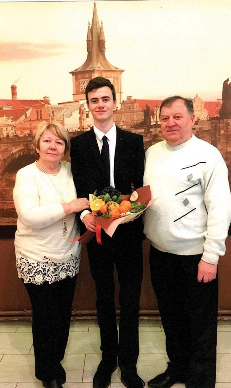 Подружжя заслужених лікарів України Ірина Іванівна та Євген Северинович Комарницькі гордиться онуком Олегом, студентом медуніверситету.