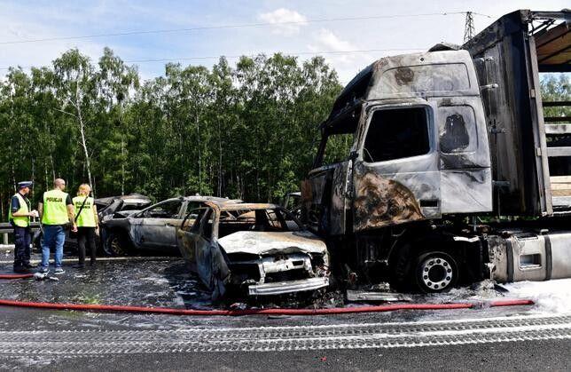 Сила зіткнення була настільки великою, що деякі авто загорілися. Фото wiadomosci.wp.pl.
