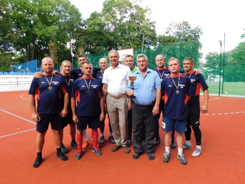 Збірна команда футболістів установ та організацій - переможниця змагань.