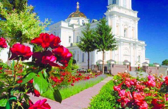 Трояндове царство біля собору.