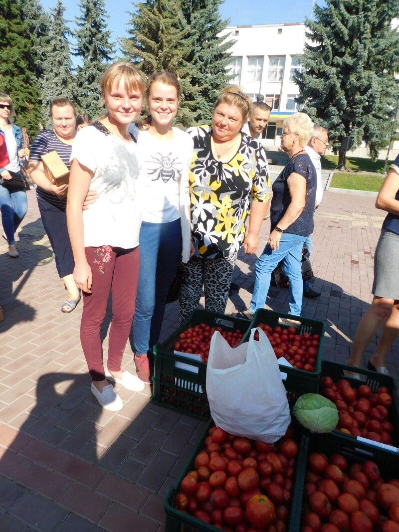 Пустомитівські хлібодари Ірина, Аліна і їх мама Оксана Нікітюки.