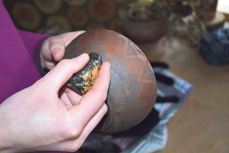 Таким камінцем гончарка залощує глиняні поверхні.