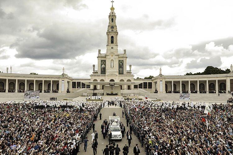 Щороку 13 травня на Молитовній площі перед санктуарієм збираються десятки тисяч паломників.