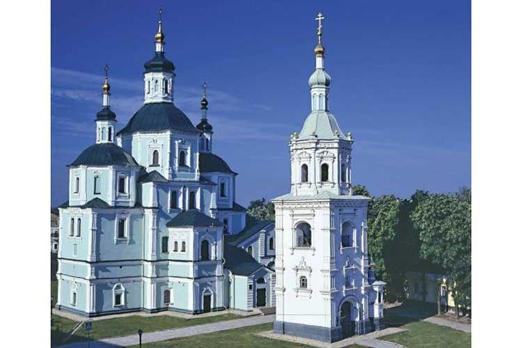 Воскресенський собор у Сумах початку XVIII століття. Козацькі церкви величні та елегантні водночас.