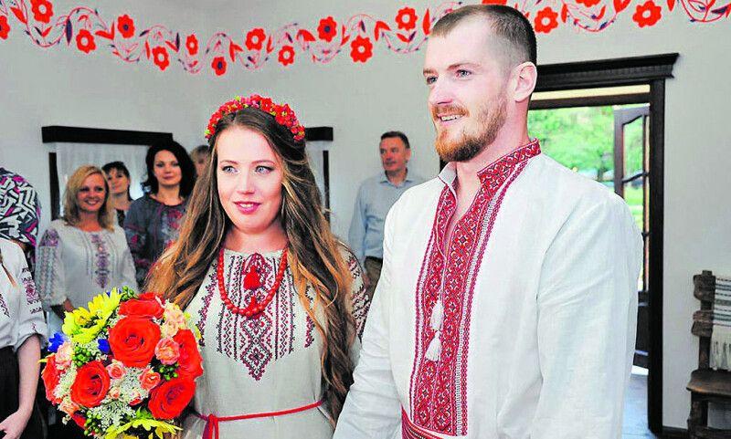 Слова дотримав: на весільний рушник Вадим вів Яну, твердо ступаючи по землі. А ще хлопець у вишиванці пообіцяв відійти від суржика і досконало вивчити українську.