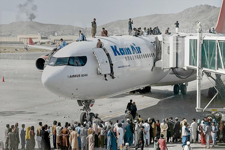 В аеропорту Кабула панує хаос, але це місце – єдина надія врятуватись тим, хто не бачить життя при талібах.