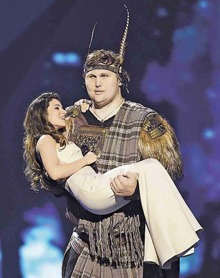 «Євробачення—2013»: велетень виносить на руках співачку Злату Огнєвіч за бронзовим успіхом.