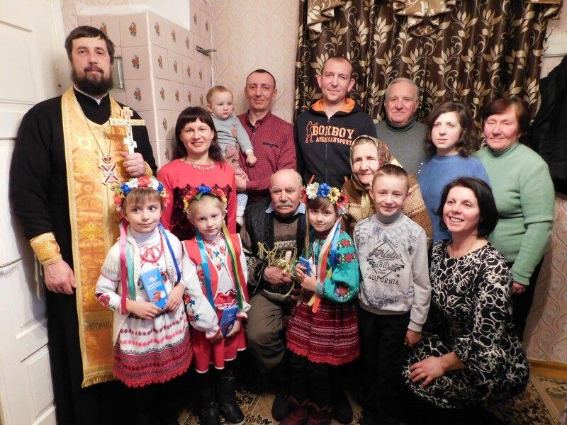 Ювіляр із родиною і гостями. Фото Лесі ВЛАШИНЕЦЬ.