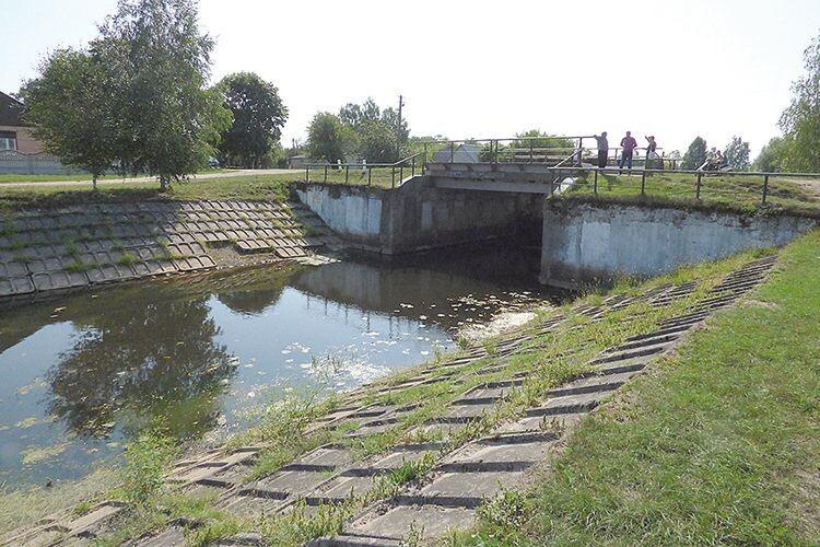 У селі Прип'ять, де шлюз справний,  вода в Тенетисці тримається.