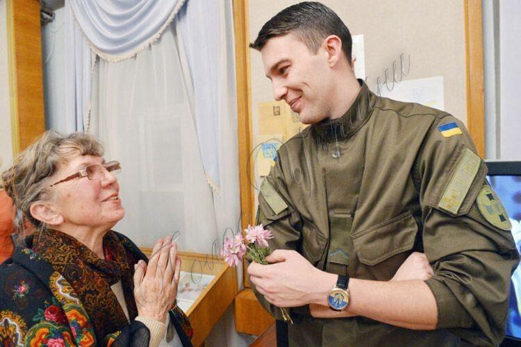 «Безмежно вдячний волонтерам іпросто добрим людям. Морально ідуховно яздоровий завдяки їм»,— часто повторює військовий.