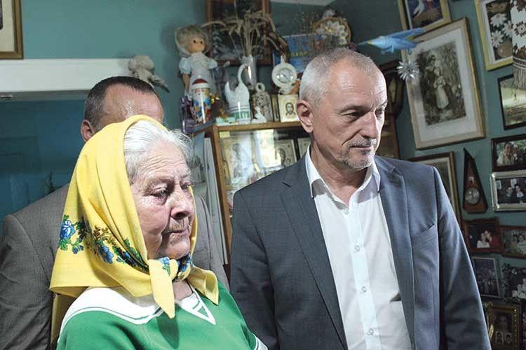 Мама художниці Тетяна Дементівна і голова облдержадміністрації Олександр Савченко.