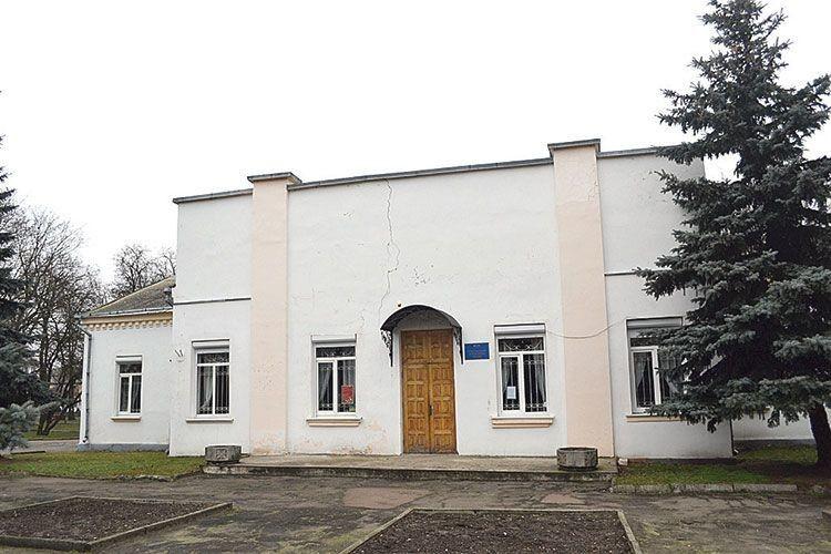 Фасад приміщення «прикрашає» чимала тріщина.