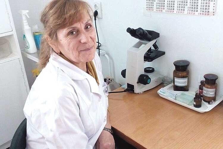 Лаборантка амбулаторії сімейної медицини Галина Грисюк 40 літ вдивляється  у мікроскоп.