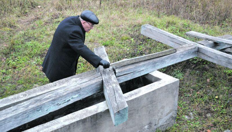 Станіслав Ковальчук біля могили Валеріана Громадського.