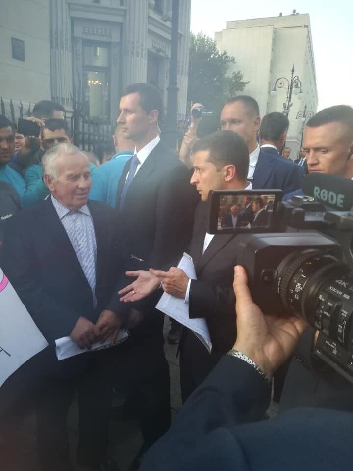 Протестувальники доносять Президентові: «Ми не хочемо розваг, барів, ресторанів, хочемо школу».