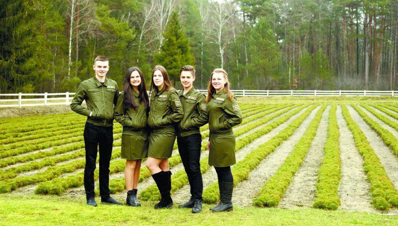 Вихованці Любешівського шкільного лісництва -  перші помічники та опора у майбутньому.