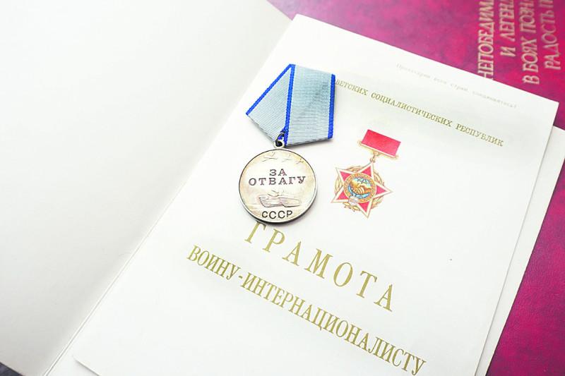 Антоніна Білокурова  всі ці десятиліття зберігає синові нагороди і речі...