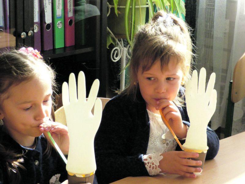 Цікаві заняття у логопеда:  з рукавички робимо півника.