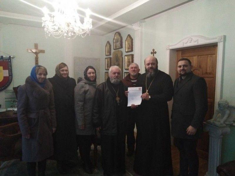 Отець Дмитро Фенюк і делегація жителів Галичан із владикою Михаїлом.
