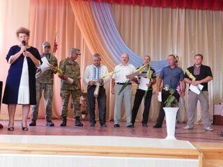 Надія Маселко вручає відзнаки воїнам АТО.