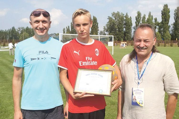 Віталій Іваницький (праворуч) фіксує рекорд 14-річного Олександра Омельчука.
