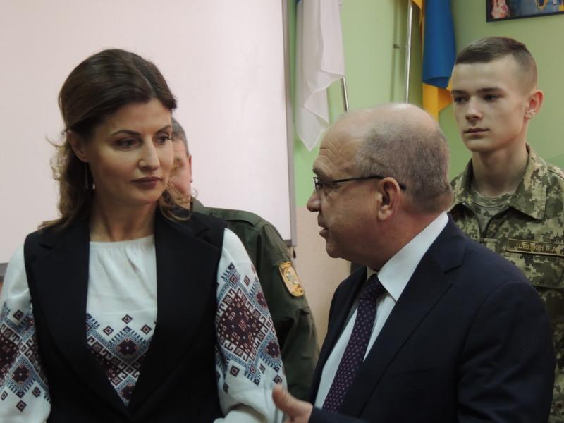 Марина Порошенко та Володимир Гунчик обговорюють моменти співпраці.